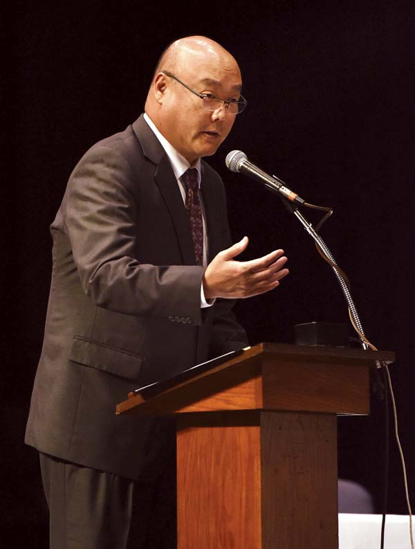 Deputy Prosecutor Richard Minatoya addresses the Hawaii Supreme Court in the Baldwin Auditorium in Wailuku in August 2017,